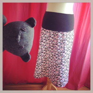 jupe grossesse noire à fleurs rose 1
