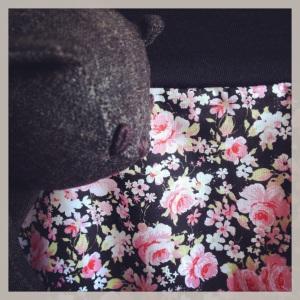 jupe grossesse noire à fleurs rose 2